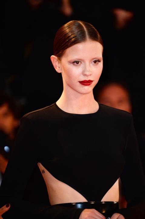 Mia Goth sul red carpet di Venezia 75