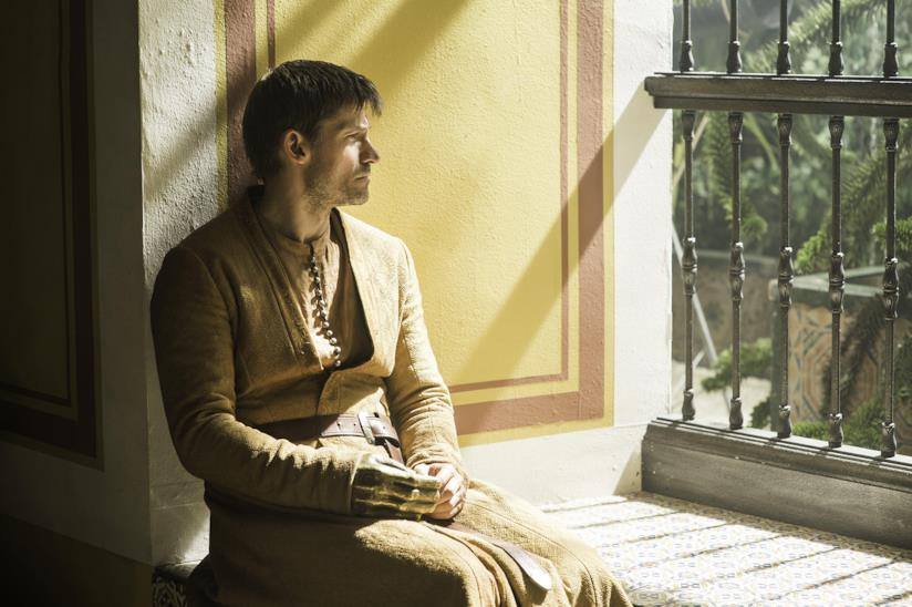 Jaime Lannister seduto vicino una finestra