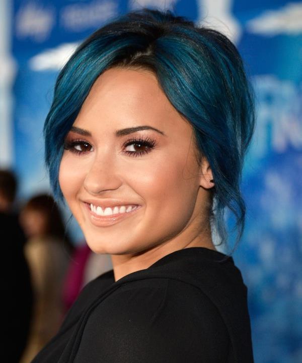 Demi Lovato in primo piano con i capelli blu