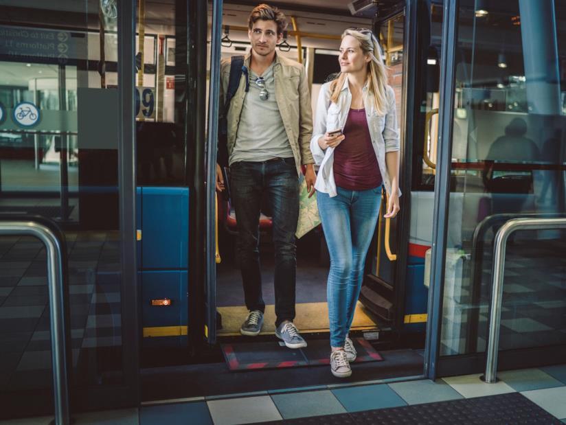 Due ragazzi che scendono dall'autobus.