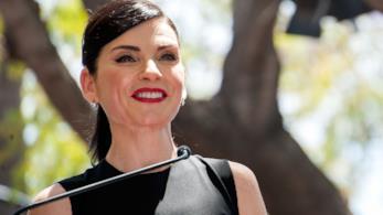 Julianna Margulies sorridente alla consegna della stella sulla Walk of Fame