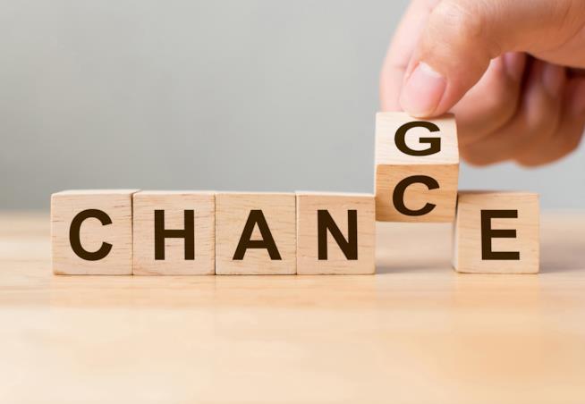 """Dei dadi di legno che formano la scritta """"Change""""."""