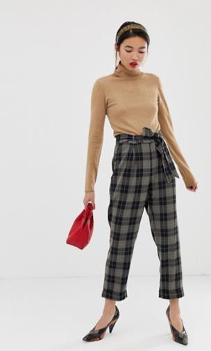 Pantaloni stretti in fondo a quadri