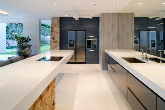 Una cucina contemporanea con un grande frigo e un forno posto in alto