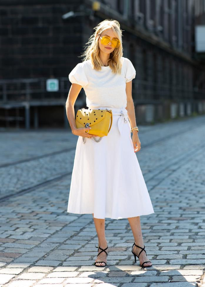 Un look total white composto da blusa a maniche corte e gonna midi