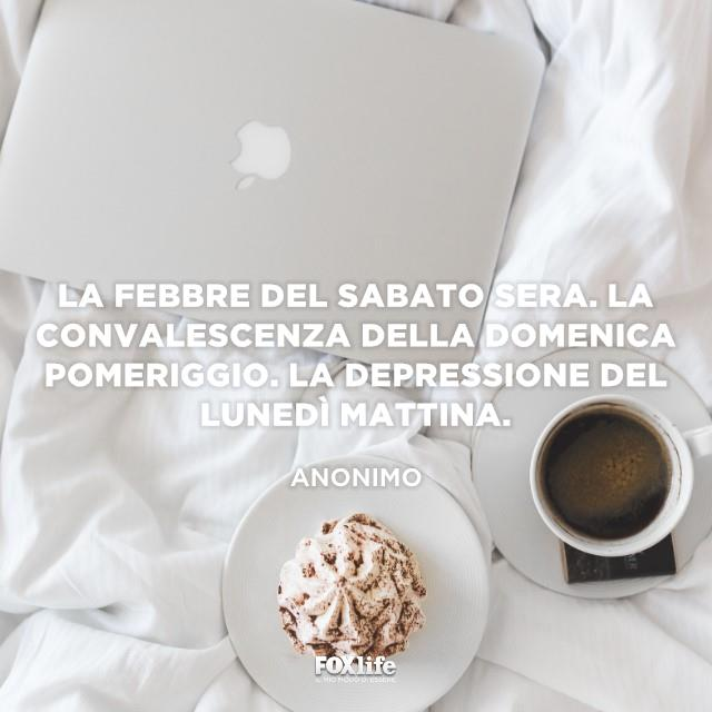 Caffè e dolce sul letto
