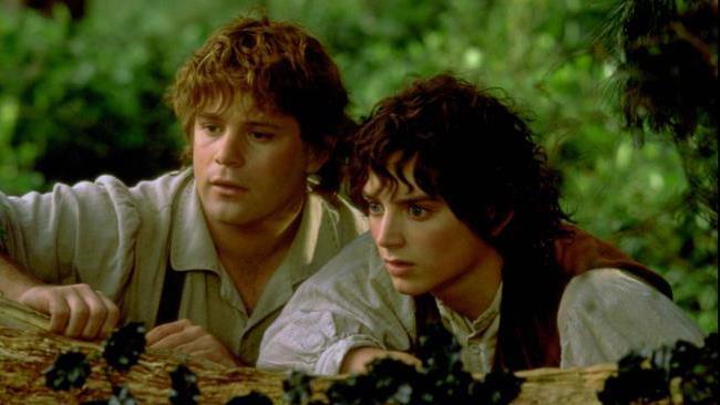 Bilbo e Frodo in una scena del film Il Signore degli Anelli.