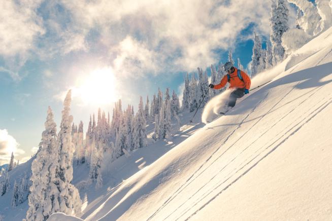 Uno sciatore scende con gli sci da una montagna innevata