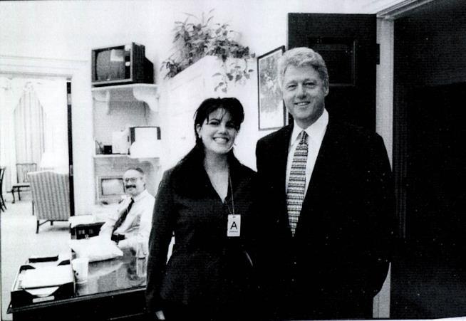 Monica Lewinsky ai tempi del Sexgate con Bill Clinton