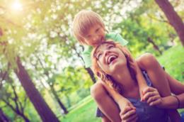 Madre e figlio in un parco