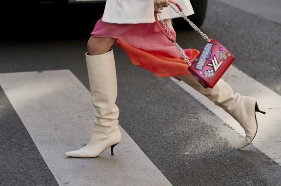 Stivali femminili bianchi al ginocchio