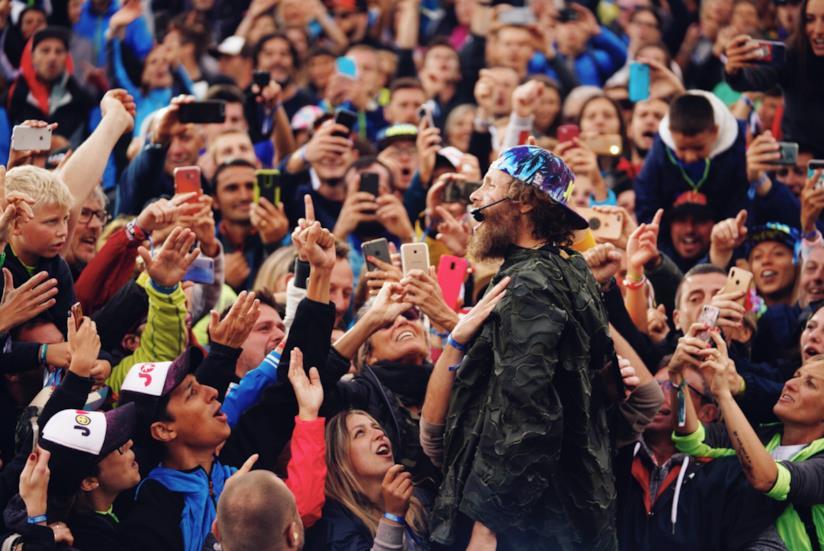 Jovanotti, in piedi, di profilo, tra il pubblico