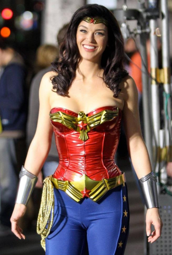 Adrianne Palicki con il costume di Wonder Woman