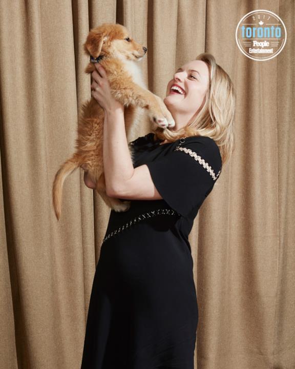 Elisabeth Moss con un cucciolo