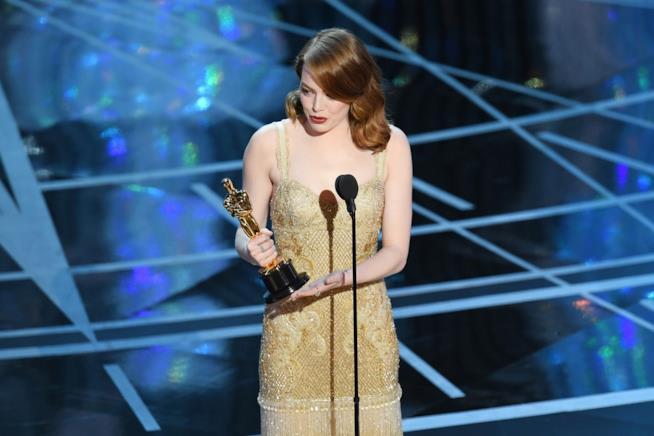 Emma Stone sul palco dopo essere stata premiata per LaLaLand