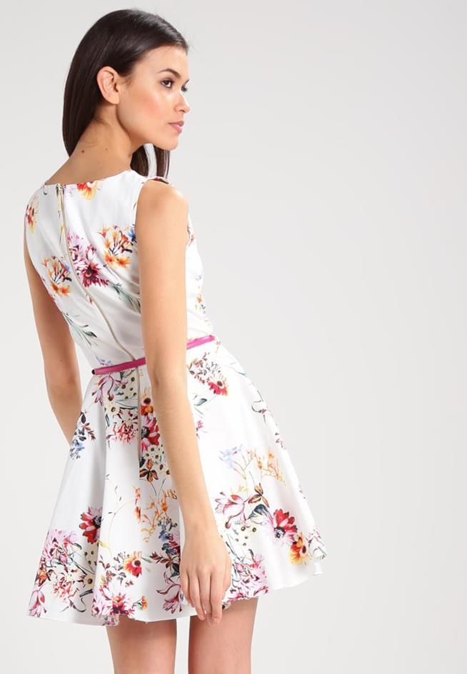 Modella di spalle con abito corto e stampato