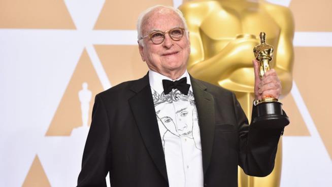 James Ivory con in mano l'Oscar per Chiamami col tuo nome