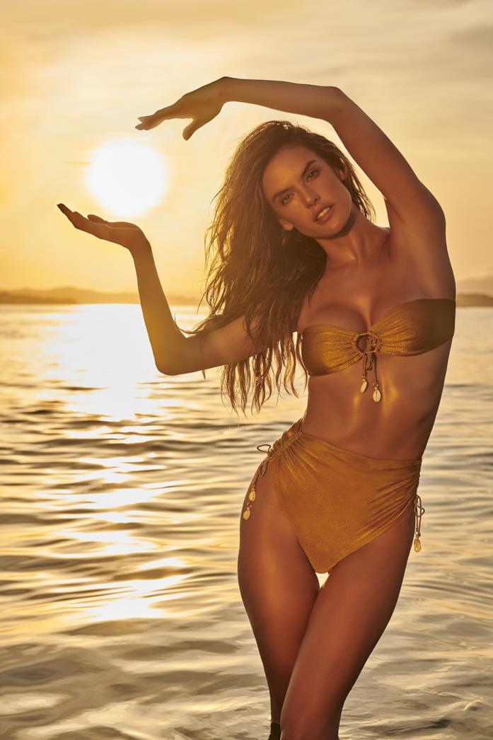 Alessandra Ambrosio indossa il bikini a due pezzi Aurora dalla sua linea di costumi GAL Floripa