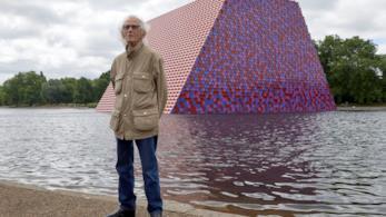 L'artista Christo di fronte alla sua opera ad Hyde Park, The London Mastaba