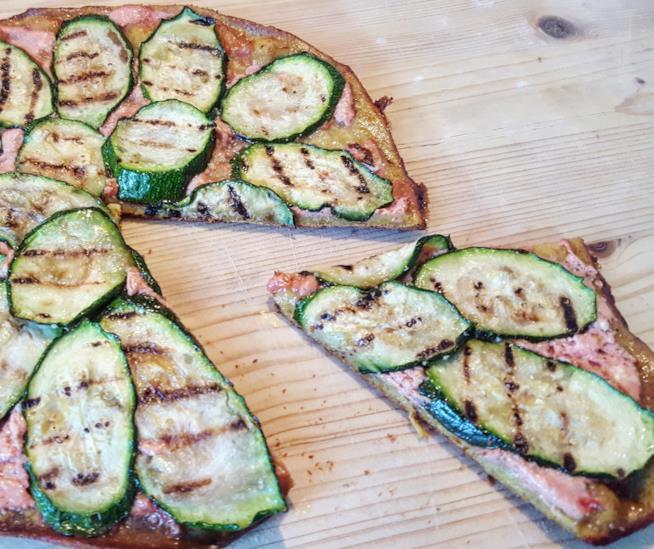 Focaccia con zucchine e salsa