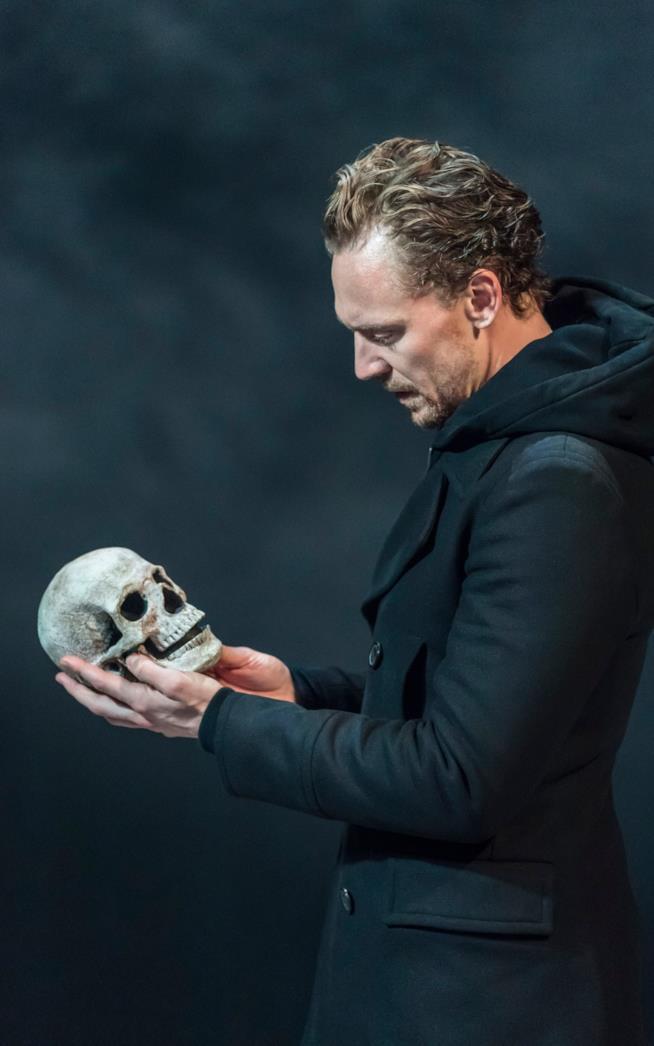 Tom Hiddleston con il teschio di Yorick