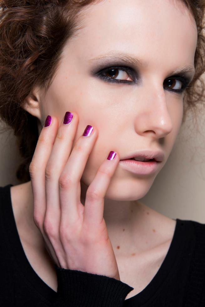 Nail art in gel viola effetto metal