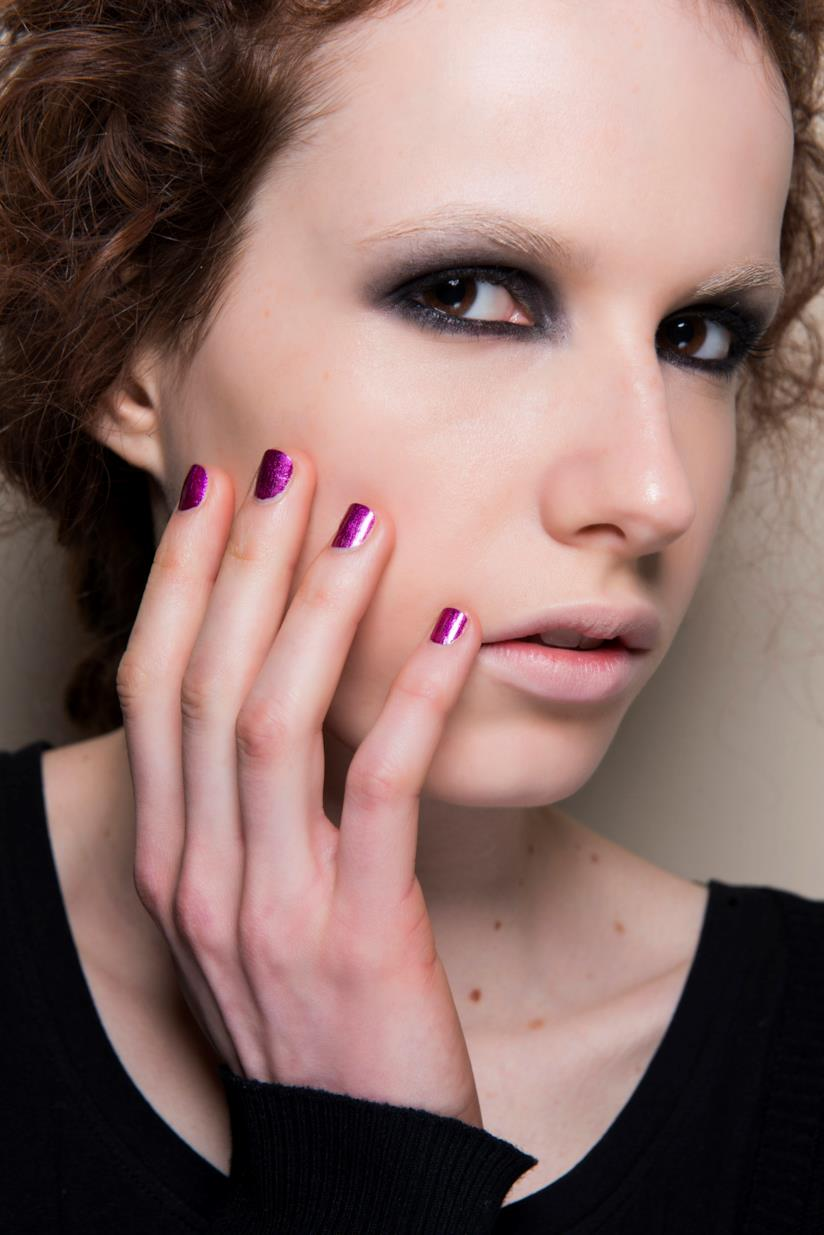 Nail art in gel viola effetto metal