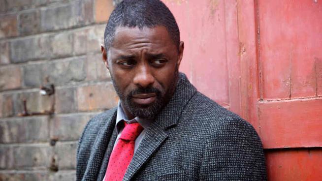 Il detective Luther interpretato da Idris Elba