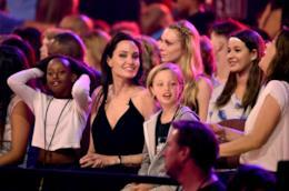 Shiloh Pitt con Angelina Jolie e Zahara