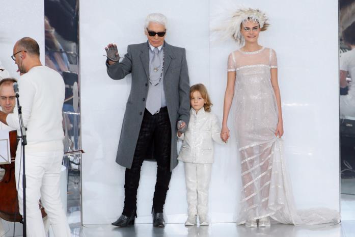 Cara Delevingne e Karl Lagerfled in passerella con un bambino