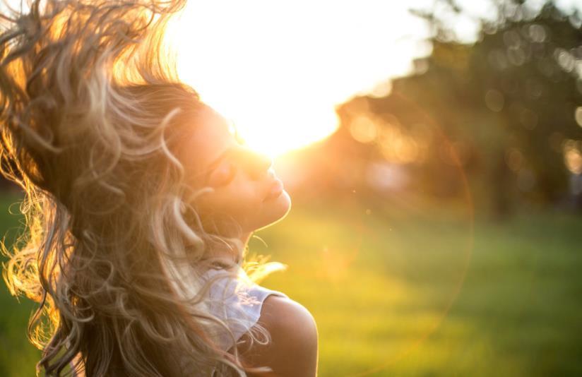 Bionda con capelli al vento