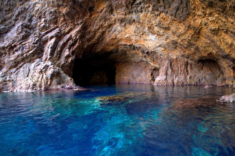Grotta lambita dal mare dell'Isola di Palmarola.