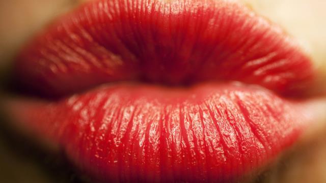 World Kiss Day: una matita labbra per baciare in occasione della Giornata che festeggia l'amore
