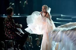 Lady Gaga canta il suo brano Joanne