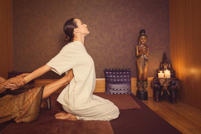 Una posizione del massaggio thailandese, utile per la schiena