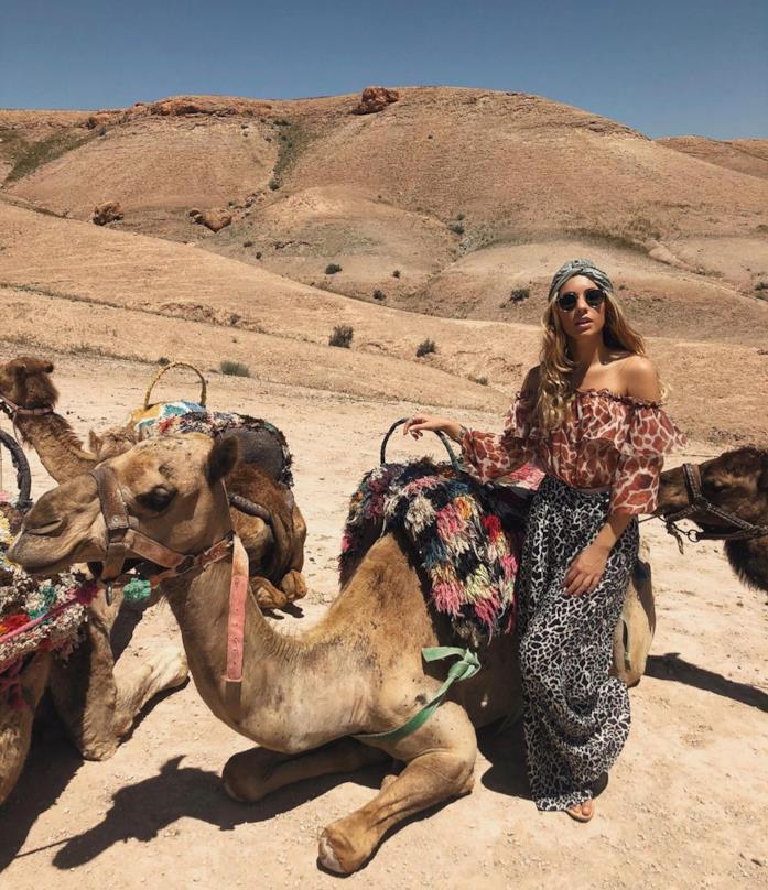 Anna di Otravez Collection in viaggio nel deserto vicino a un cammello