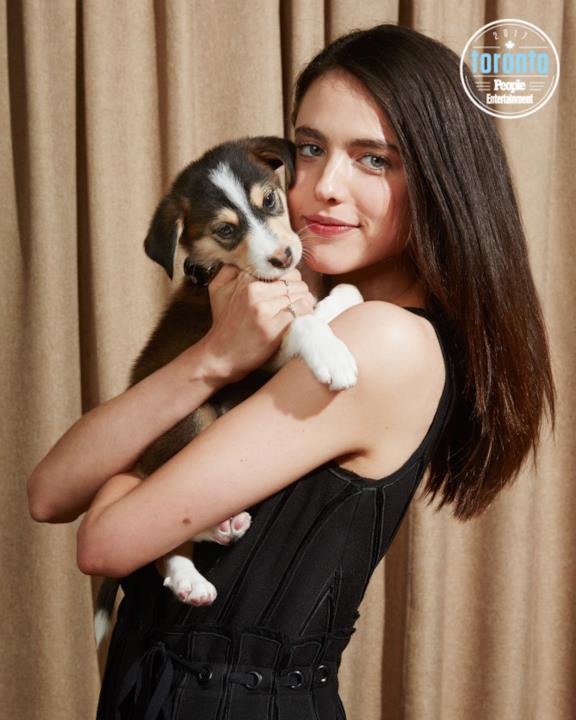 Margaret Qualley tiene un cucciolo in braccio