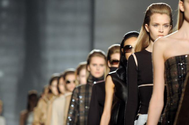 Un momento di sfilata a Parigi Haute Couture