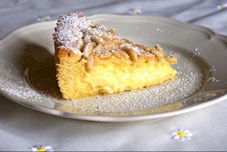 Torta della nonna con pinoli e zucchero a velo