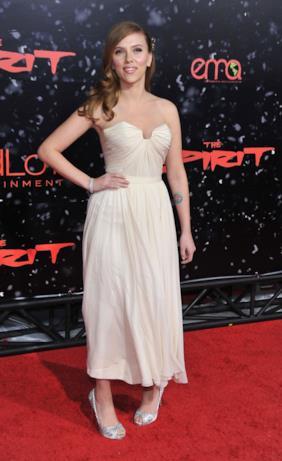 Scarlett Johansson in bianco sul red carpet.