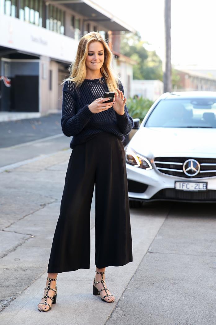 Pullover traforato, culotte neri e sandali con tacco comodo
