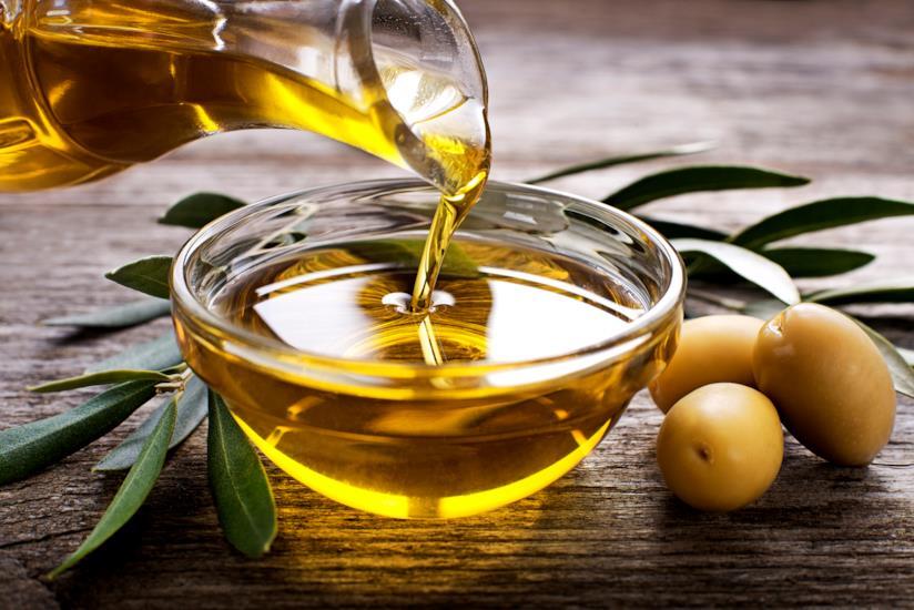 L'olio di oliva versato in una ciotola