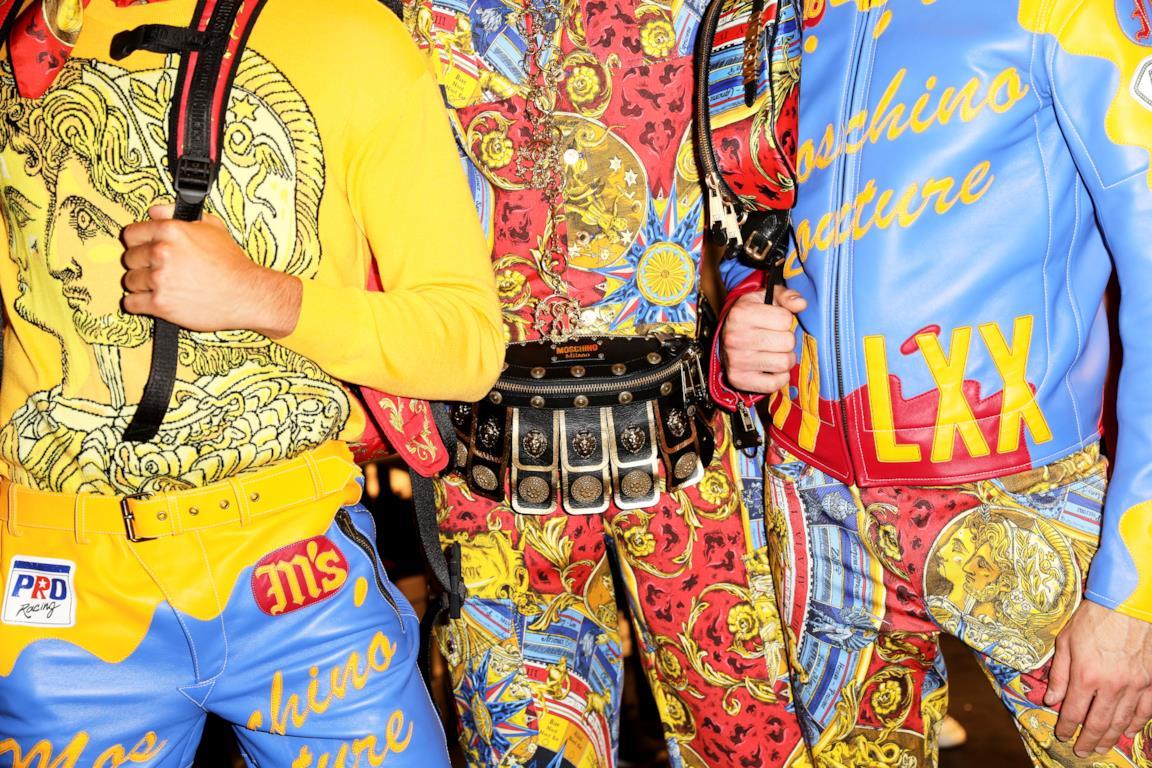 Tre modelli che indossano la collezione Moschino autunno inverno 2019 2020 ispirata a Fellini