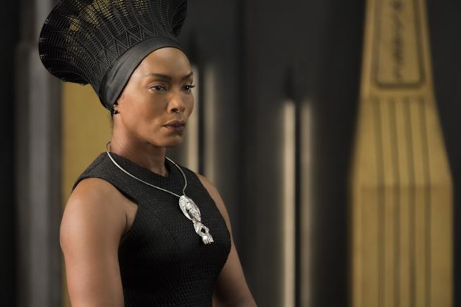 Angela Bassett in un'immagine da Black Panther