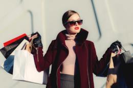 Una donna fa shopping