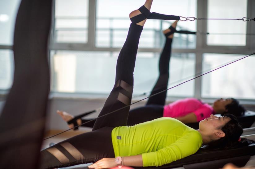 Due donne che fanno pilates.