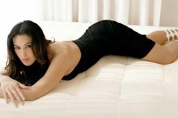 Monica Bellucci posa su un letto