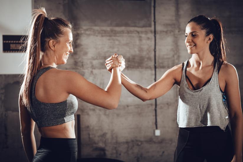 Due donne in tenuta sportiva.