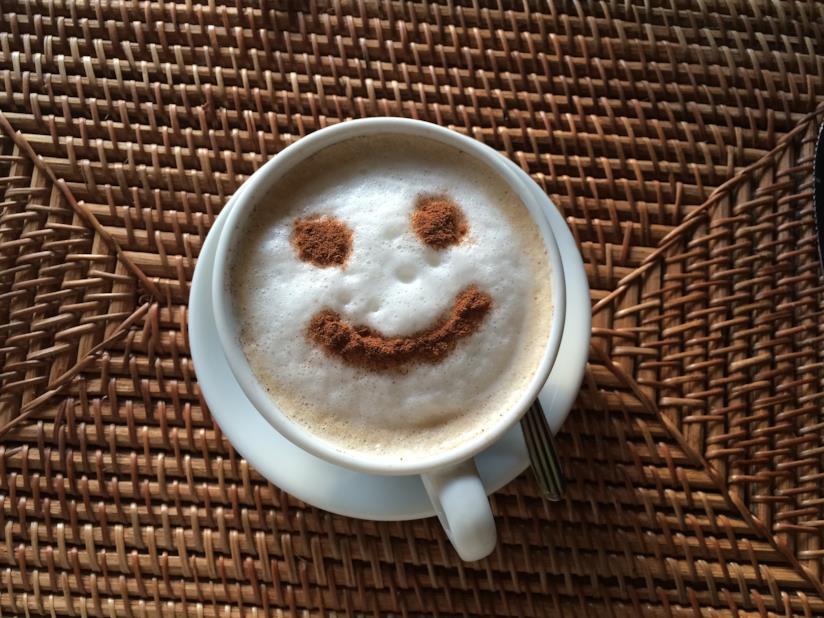 Tazza di cappuccino con il sorriso disegnato con la schiuma del latte