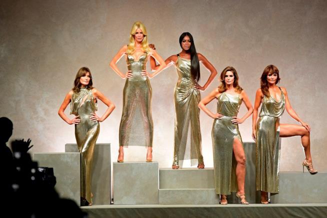 Claudia Schiffer e le altre top model sfilano per Versace nel 2017